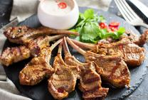 Barbecued lamb cutlets with yoghurt sauce